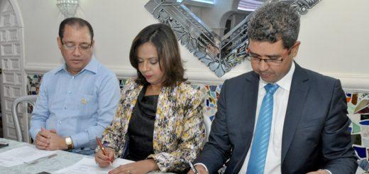 Imponiendo sus firmas, la Dra. Anina Del Castillo e Ing. Héctor Bretón.