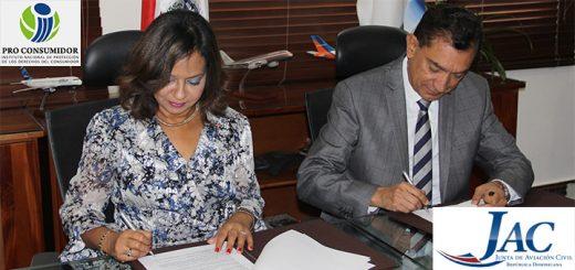 Rubrican la Doctora Anina Del Castillo, directora de Pro Consumidor y el Presidente de la Junta de Aviación Civil, Capitán Piloto Roger Jover.