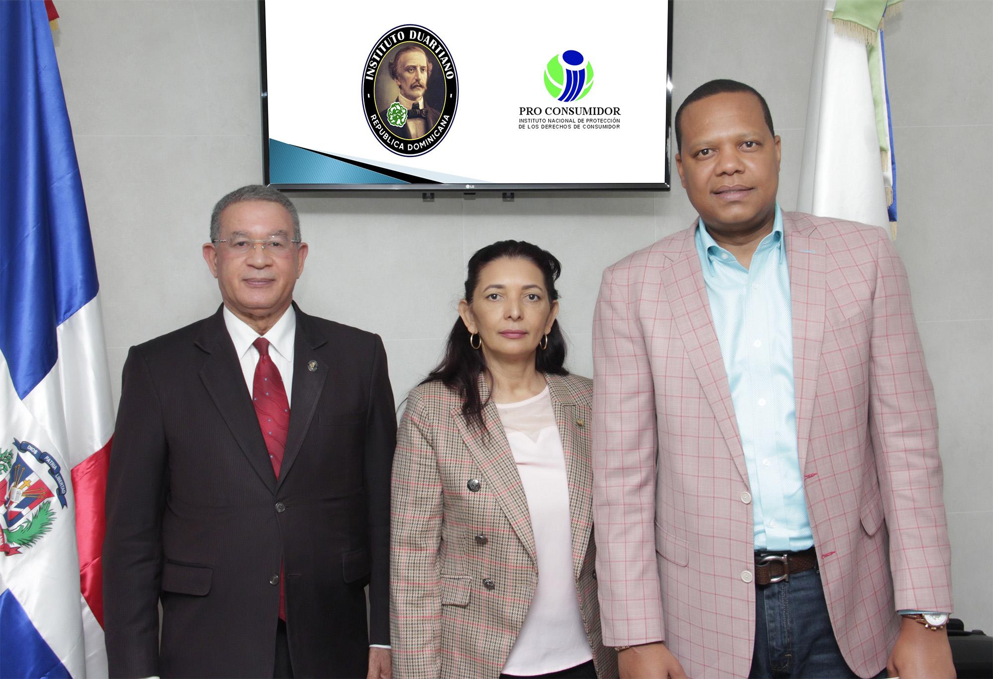 El director ejecutivo de Pro Consumidor, Eddy Alcántara, junto a la subdirectora Administrativa, María Teresa Paulino y el presidente del Instituto Duartiano, Wilson Gómez.