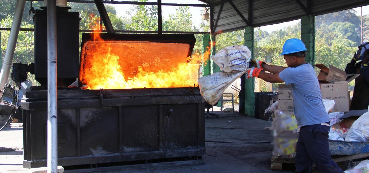 Momento en que se incinera los miles de productos dañados decomisados por Pro Consumidor en diferentes operativos.